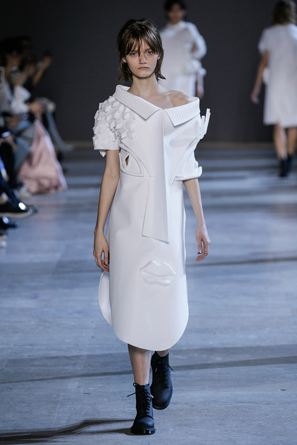 viktor-rolf-haute-couture-collection-spring-summer-2016-performance-sculptures