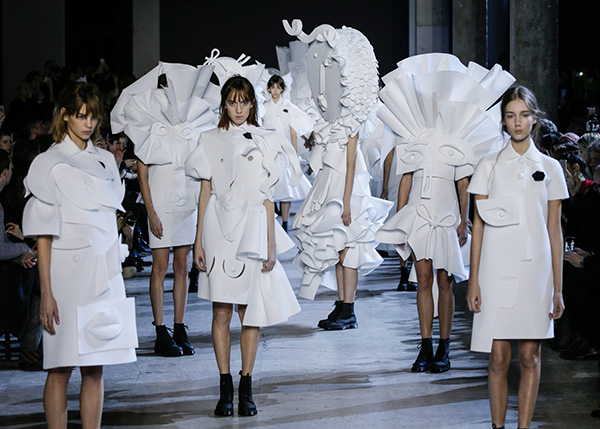 viktor-rolf-haute-couture-collection-spring-summer-2016-performance-sculptures_3